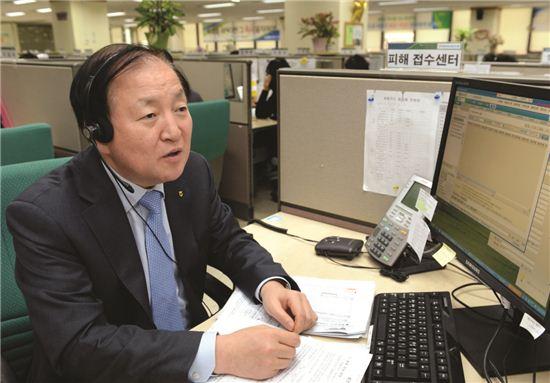28일 김주하 NH농협은행장이 고객행복센터를 방문, 직접 고객과의 상담을 통해 카드 관련 민원들을 청취하고 있다.