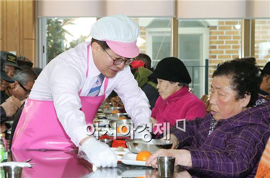 [포토]노희용 동구청장, 사회복지시설서 급식봉사