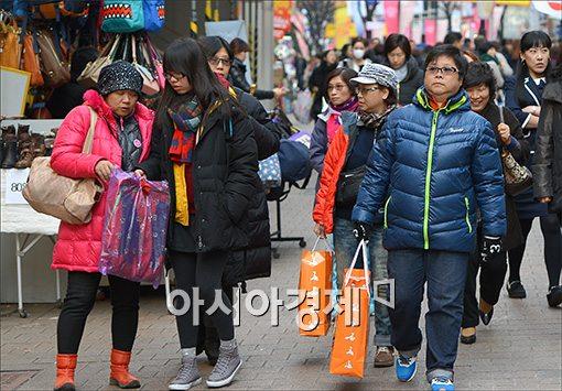 [포토]명동쇼핑거리 누비는 중국인관광객들