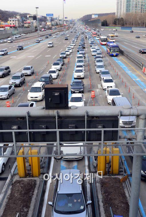 [포토]고속도로에 점점 늘어나는 귀향차량들