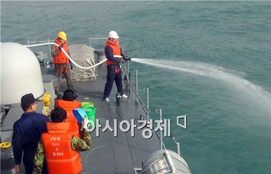 해군 3함대, 여수 앞바다 기름 방제작업 지원 적극 나서