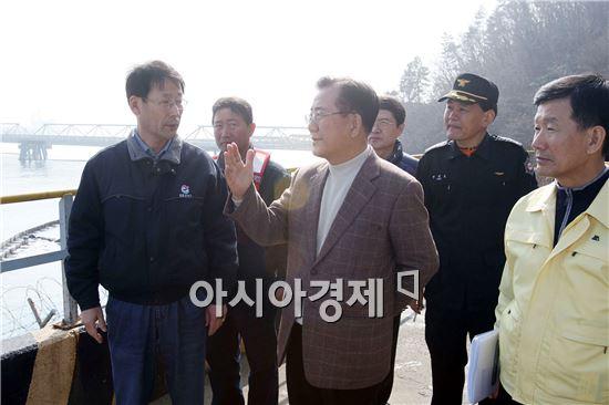 [포토]박준영 전남지사,여수 기름유출 해상 방제작업 현장 방문
