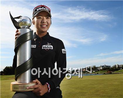 이미향이 뉴질랜드여자오픈 우승 직후 트로피를 들고 포즈를 취했다. 뉴질랜드=Getty images/멀티비츠.