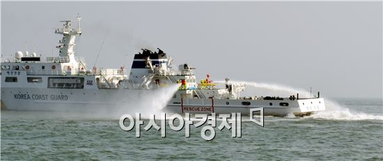 [포토]여수해경 기름 제거 작업