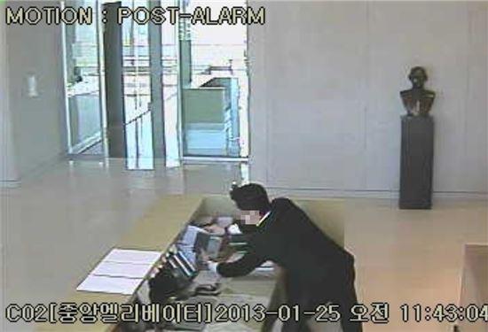 보안용역직원 B씨가 비서실에 잠입해 서류를 몰래 촬영하는 장면(CCTV화면 캡쳐)