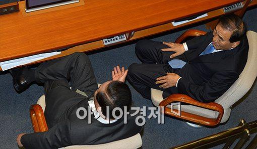 [포토]다소곳한 이재오, 다리꼰 서청원