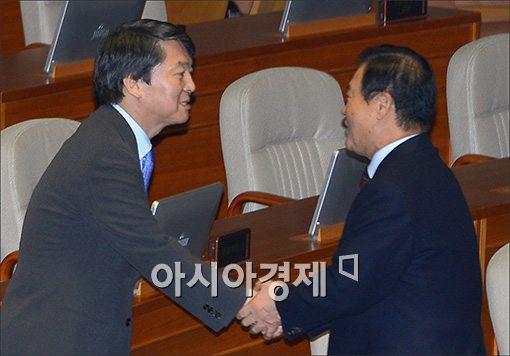 [포토]인사하는 안철수·강창희