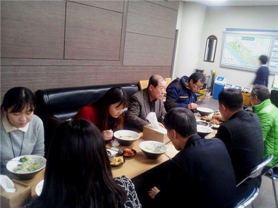 박홍섭 마포구청장이 설 연휴 동안인 지난달 31일 근무자들과 함께 떡국을 먹고 있다.