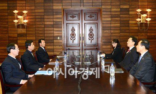 [포토]이산가족상봉 위해 협상테이블에 앉은 남과 북