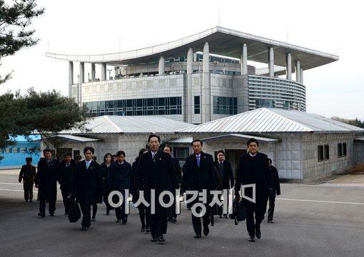 [포토]회담장으로 향하는 이덕행 한국 적십자 실행위원