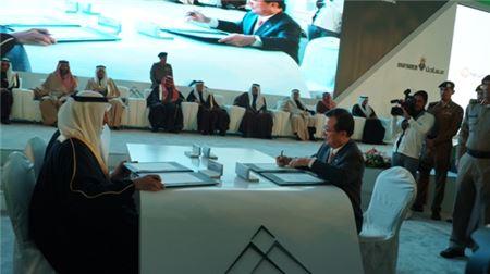 5일(현지시간) 사우디 북부 움 우알 프로젝트 현장에서 이근포 한화건설 대표와 칼리드 빈 살레 알 무다이퍼 마덴 CEO가 인산 생산 화공플랜트 공사 계약서에 서명하고 있다.