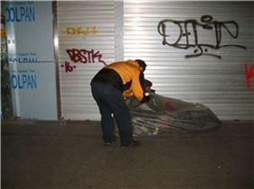 용산구청 직원(왼쪽)이 거리노숙인 안전을 위해 도움을 주며 시설로 옮길 것을 설득하고 있다.