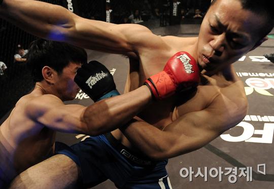다카야 츠쿠다(오른쪽)를 공격하는 윤형빈[사진=로드FC 제공]