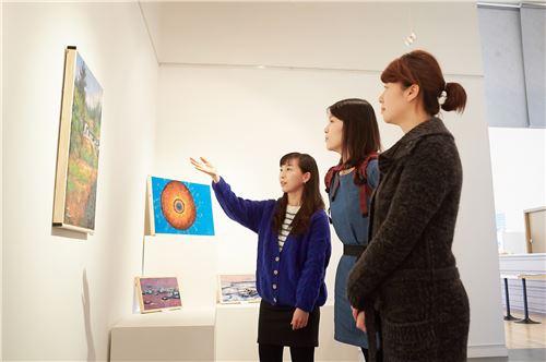 관람객들이 인천 송도국제도시에 위치한 포스코건설의 송도 더샵마스터뷰 모델하우스에서 '그리움과 바람과 빛을 담다- 천현태 작가 초대展'을 감상하고 있다.