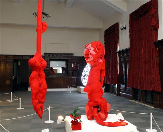 오화진 작. 'The consolacion', 모직, 솜 등 바느질, 2010년.