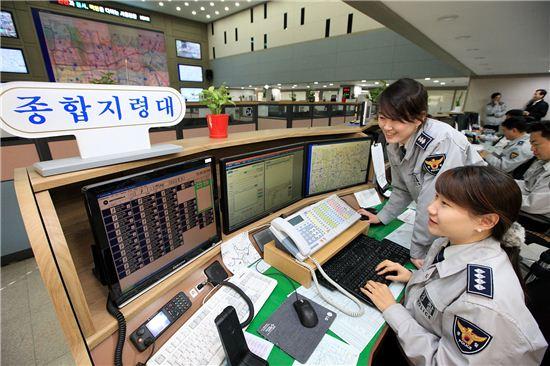 12일 서울 종로구에 위치한 서울지방경찰청 112 지령센터에서 경찰들이 치안관제 모니터링을 하고 있는 모습