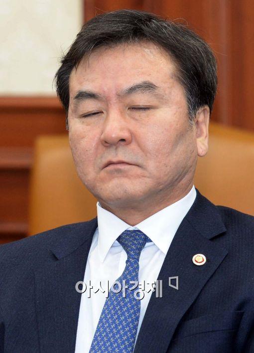 [포토]두 눈 감은 신제윤 금융위원회 위원장