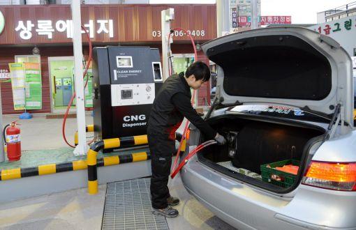 경기도 안산에 위치한 효성의 국내 최초 택시용 CNG 충전소인 '상록에너지'에서 운전자가 CNG를 충전하고 있다.