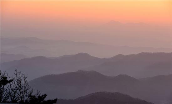 금학산 정상에서 바라보면 산봉우리들이 첩첩이어지고 있다
