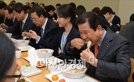 [포토]닭고기 시식하는 최원병 농협중앙회 회장