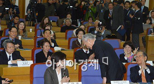 [포토]의원들에게 박수 받는 무라야마 전 일본총리