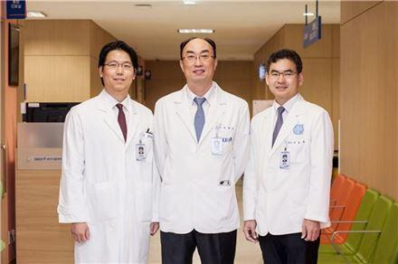 왼쪽부터 외과 안상훈 조교수, 김형호 교수, 박도중 교수
