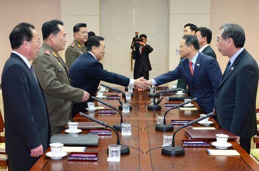 12일 남북 고위급 접촉 전체 회의에서 양측 수석대표가 악수하고 있다.(사진 통일부 제공)