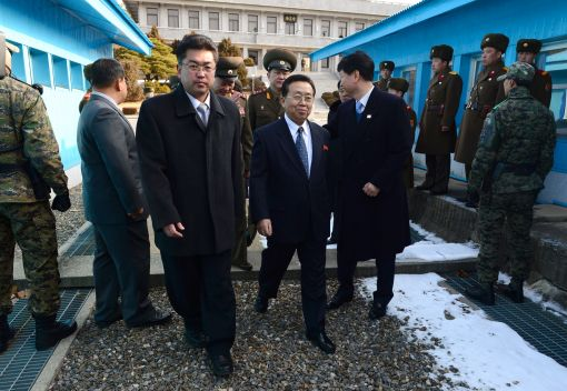 12일 고위급 접촉에 참석하기 위한 북측 대표단인 군사분계선을 넘고 있다.(사진 통일부 제공)