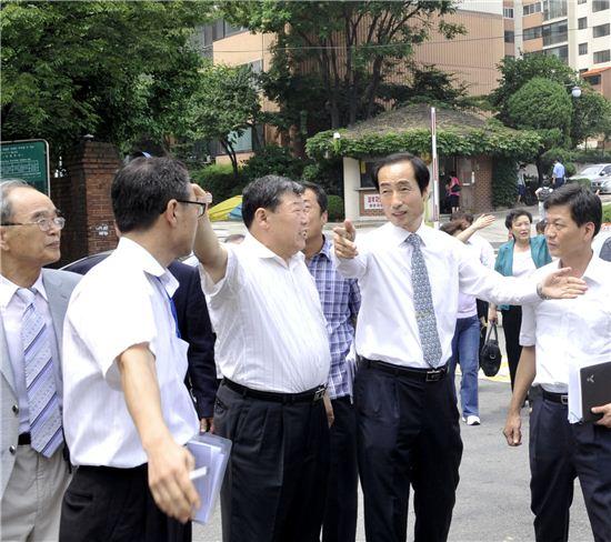 문석진 서대문구청장(오른쪽)이 홍제균형발전촉진지구에서 주민들과 대화를 나누고 있다.