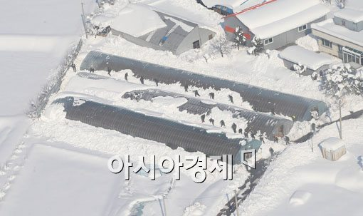[포토]제설작업하는 군 장병들