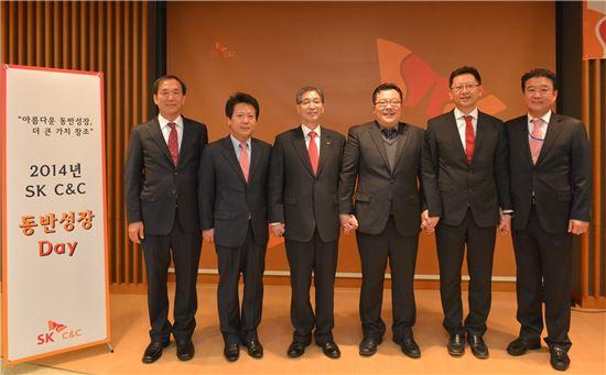 ▲ 정철길 SK C&C 대표(왼쪽 세번째)와 협력사 대표들이 12일 개최한 'CEO주관 2014년 동반성장의 날' 행사에서 함께 기념사진을 촬영하고 있다.