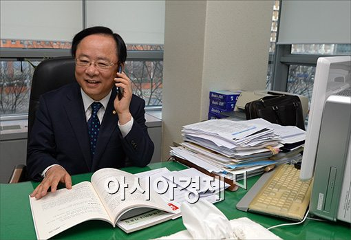 해양수산부 신임 장관으로 내정된 이주영 의원이 12일 오후 서울 영등포구 여의도동 여의도연구원에서 축하전화를 받고 있다.