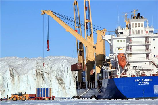 바다얼음에 정박한 화물선