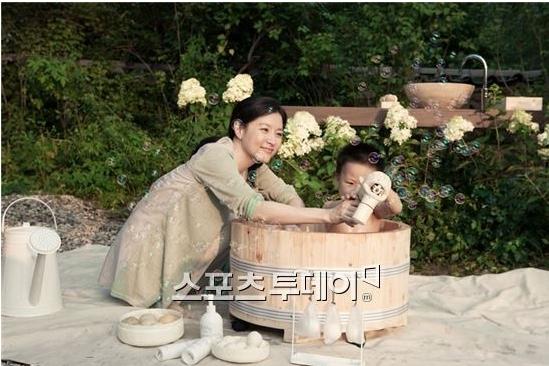 [단독입수]이영애, 쌍둥이 목욕시키며 엄마 미소 '활짝'