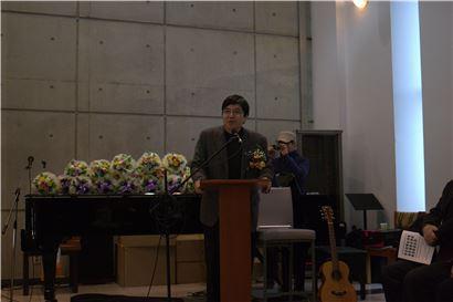 김동훈 덕성여대 철학 교수가 12일 성프란시스대학 9기 졸업식에서 사회를 진행하고 있다.