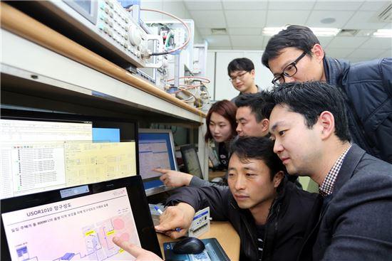 13일 LG유플러스 관계자들이 서울 금천구 독산동 기술개발센터에서 중소협력사 직원들과 공동으로 광중계기를 시험하고 있다. LG유플러스는 이날 20여개 장비를 국산화하고 중소협력사와 공동으로 해외시장에 진출하는 '동반성장 2014'를 추진한다고 밝혔다.