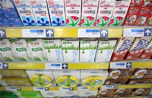 중국의 유제품 시장이 세계 업계의 각축장이 되고 있다. 한 상하이 슈퍼마켓의 우유 판매대. 사진=블룸버그