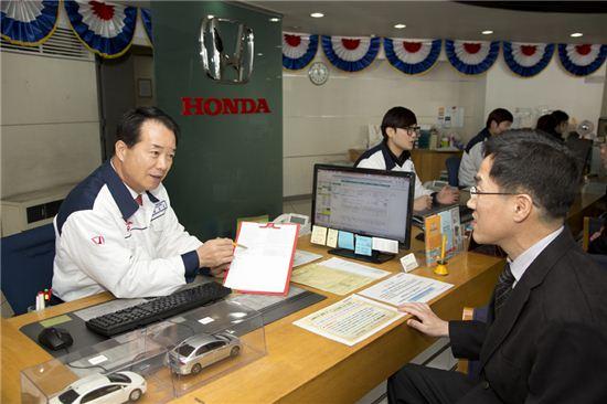 정우영 혼다코리아 대표(사진 왼쪽)가 고객 상담을 하는 모습.