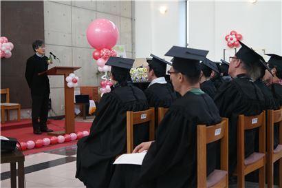 ▲12일 성공회대 미카엘 성당에서 열린 '성프란시스대학 9기 수료식'에서 이정구 성공회대 총장이 축사를 하고 있다.
