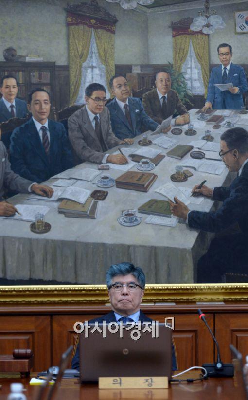 [포토]생각에 잠긴 김중수 한은 총재