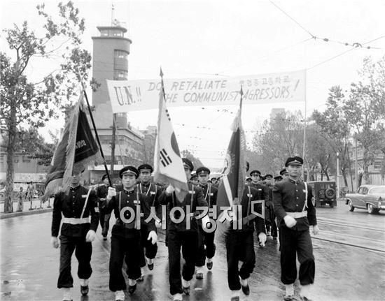 1958년 시가 행진에 참석한 남학생들의 교복.
