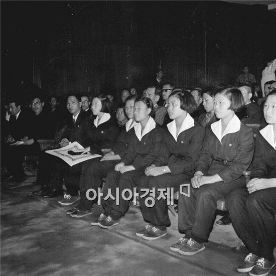 1966년 과학전람회에 참석한 여학생들의 바지교복.