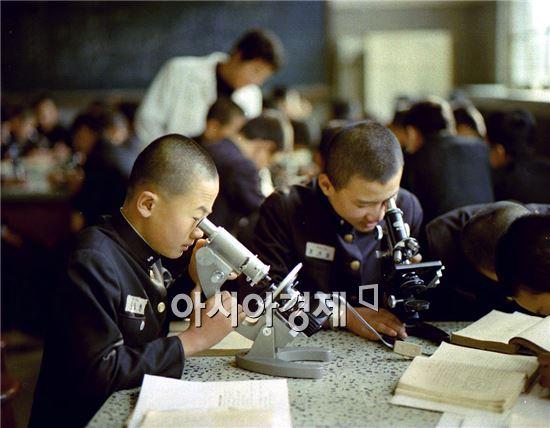 1977년 숭문고등학교 학생들이 교복을 입고 과학실험을 하고 있다.