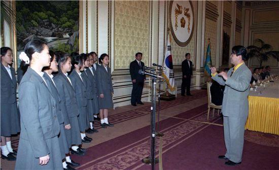 1997년 청와대에서 열린 스승의날 행사에 참석한 여학생들의 교복