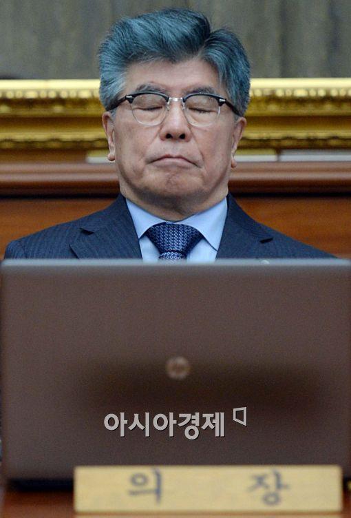 [포토]두 눈 감은 김중수 총재