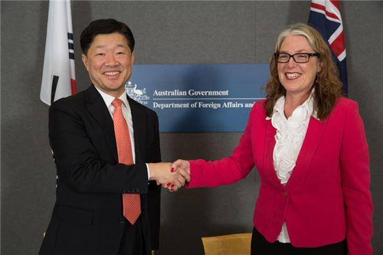 우태희 산업통상부 통상교섭실장(사진 왼쪽)은 10일(현지시간) 호주 캔버라 외교통상부에서 잔 아담스 호주 외교통상부 차관보와 한-호주 FTA 협정에 가서명했다.