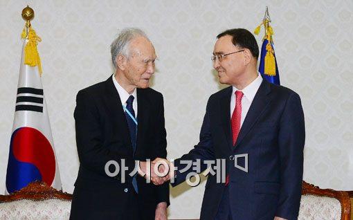 [포토]악수하는 무라야마 전 총리-정홍원 국무총리