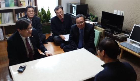 서승환 국토교통부 장관(왼쪽)이 이재영 한국토지주택공사 사장(오른쪽)과 함께 13일 오후 서울 은평구의 매입임대주택을 찾아 입주민과 대화를 나누고 있다.