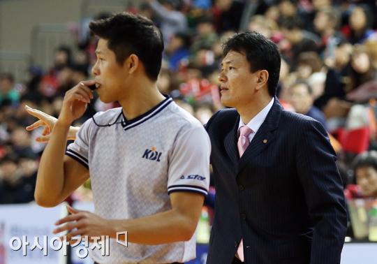 [포토] 지시 내리는 김영만 감독대행