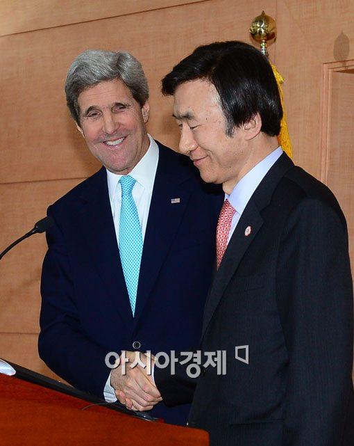 [포토]기자회견을 마친 두 나라의 장관 표정